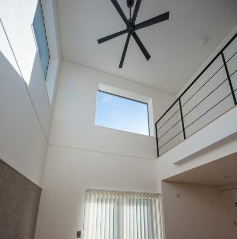 南面の吹抜けには大きな窓があり冬でも日中の太陽光で、明るく部屋はポカポカ。