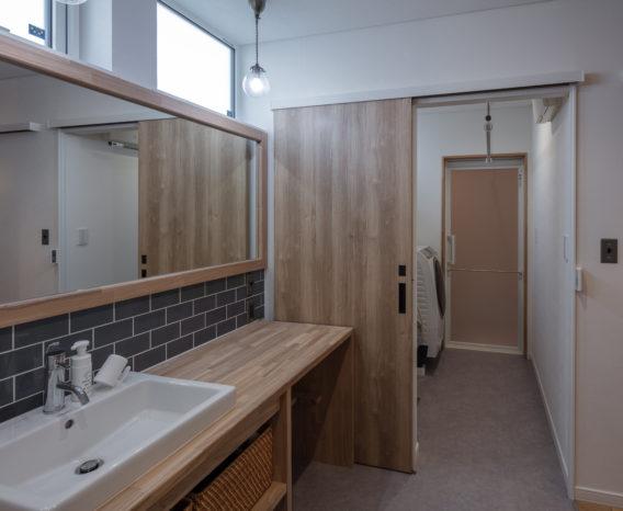 洗面台と脱衣室を分ける提案は、営業担当である狩野さんが家族の将来を考えてくれた提案。